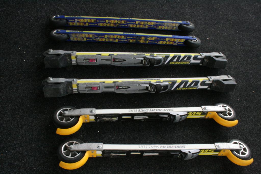 Tre typer rulleski. De to nederste parene er Swenorski med trekjerne, det øverste et mer primitivt par fra Ski-Skett.