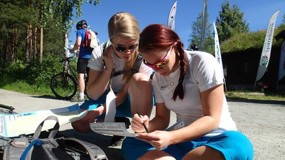 Ivrig studering av kartet før planen for konkurransen legges.