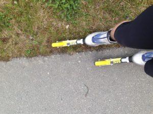 Bremseteknikk: Sett en fot (forsiktig, uten for mye vekt) på gresset/bakken ved siden av veien/fortauet du er på. Fordel vekten slik at mest vekt er på fortausfoten. OBS! Før foten på gresset litt FORAN den andre (bøy gjerne litt i knærne også), slik hindrer du at du faller forover.