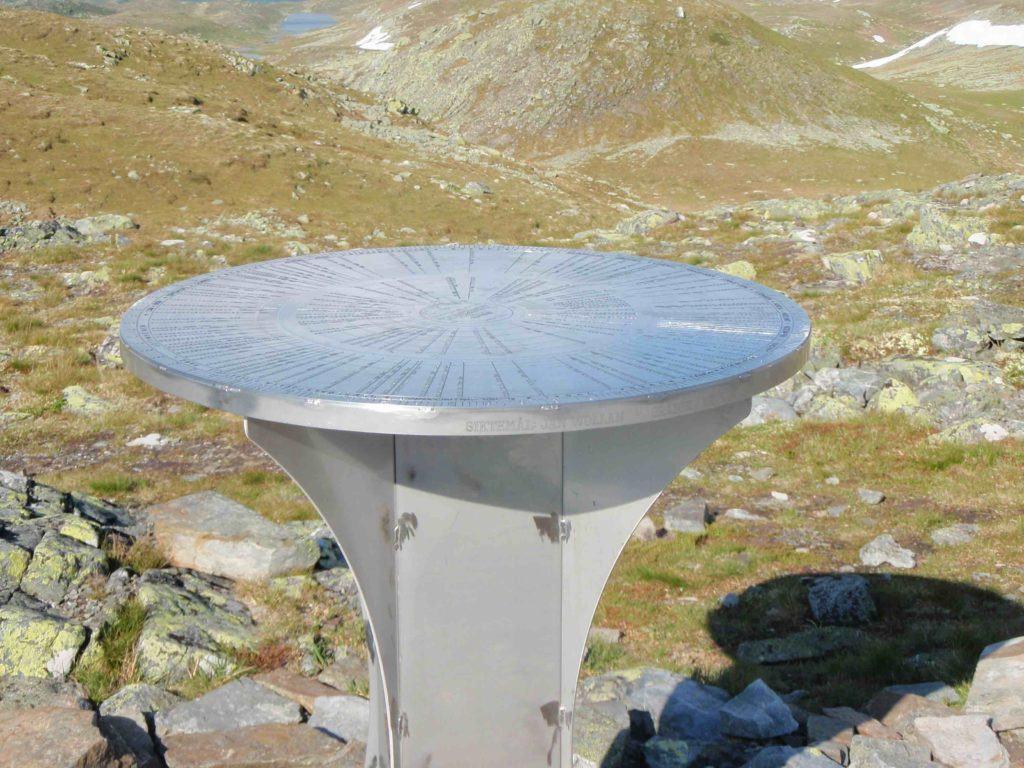 Sikteplate på Toppen av Spåtind viser hvilke fjelltopper man ser derfra. Foto: Magne Hasli.