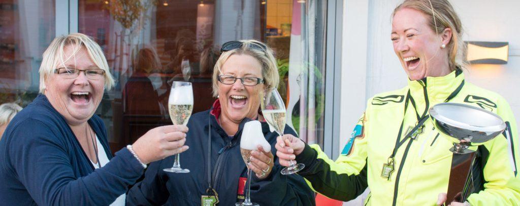 Vinnere av bedriftsløpet 2014 skåler i sprudlende drikke. Foto: Johannes Hoel.