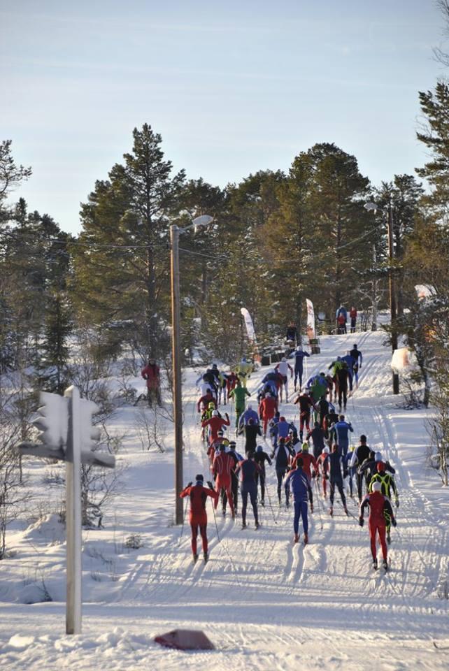 Starten i første pulje har gått. Vinner, Tore Berdal, kan skimtes i gul dress foran til venstre. (2015)