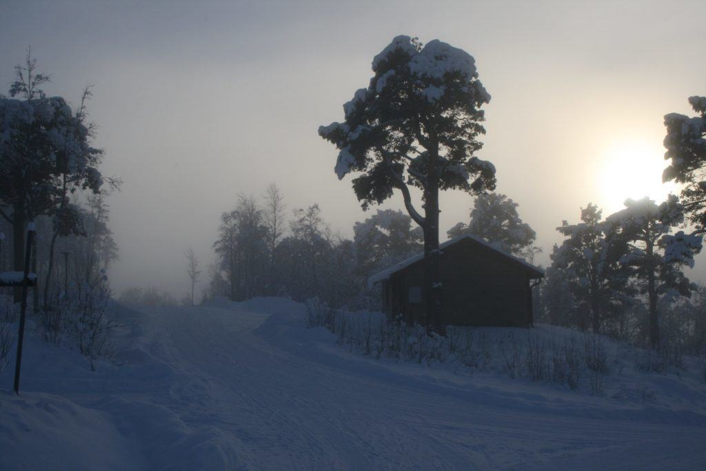 Stemningsfullt i Brukvallarna får tåka letter. Foto: Turrenn.net.